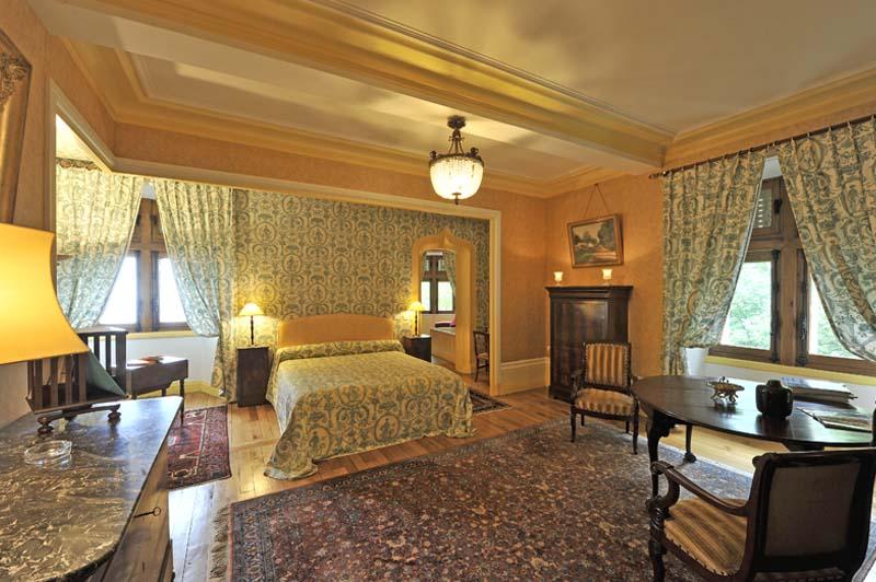 chateau de vollore chambre hote jaune3 ch teau de vollore chambres d 39 h tes auvergne. Black Bedroom Furniture Sets. Home Design Ideas